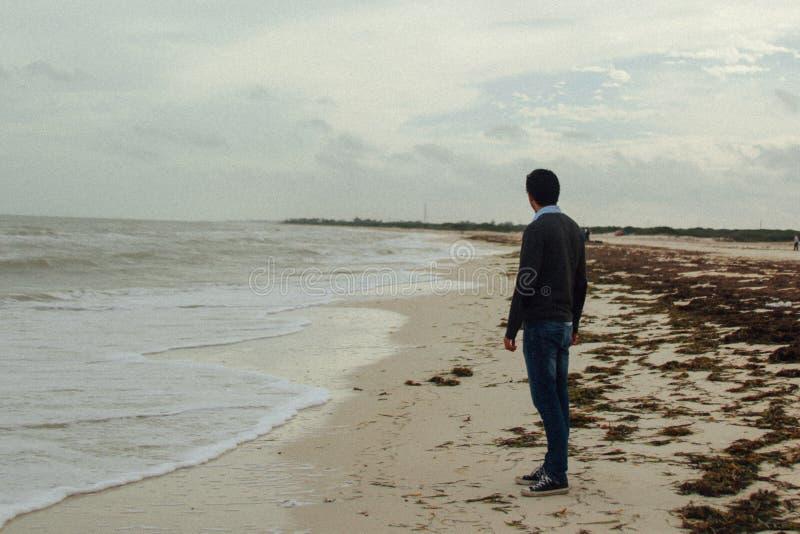 Hombre en una situación clásica del vestido en la playa arenosa fotos de archivo libres de regalías