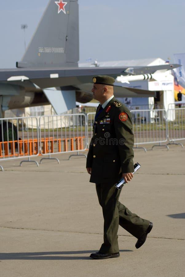 Hombre en uniforme en el salón aeroespacial internacional de MAKS foto de archivo