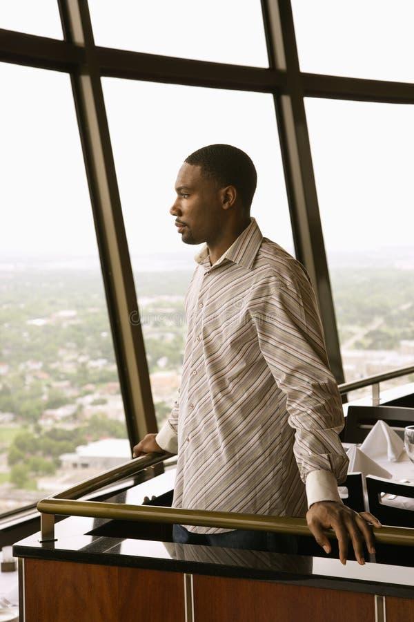 Hombre en ventana. foto de archivo libre de regalías