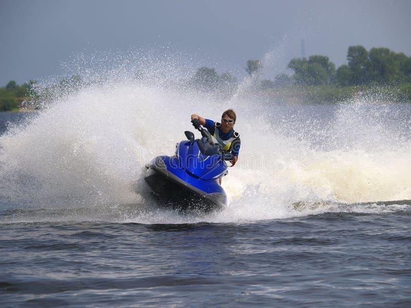 Hombre en WaveRunner en el agua imagen de archivo