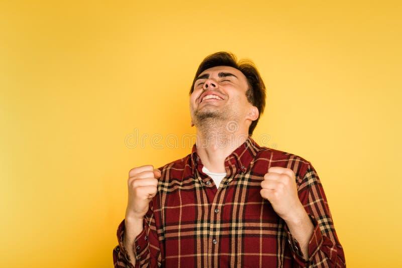 Hombre encantado extático que celebra la emoción del éxito imagen de archivo libre de regalías