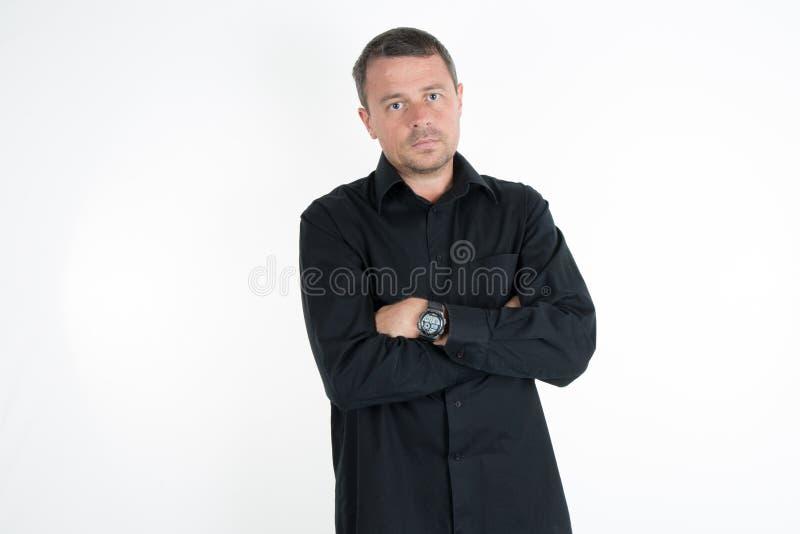 Hombre encantador con la camisa negra foto de archivo