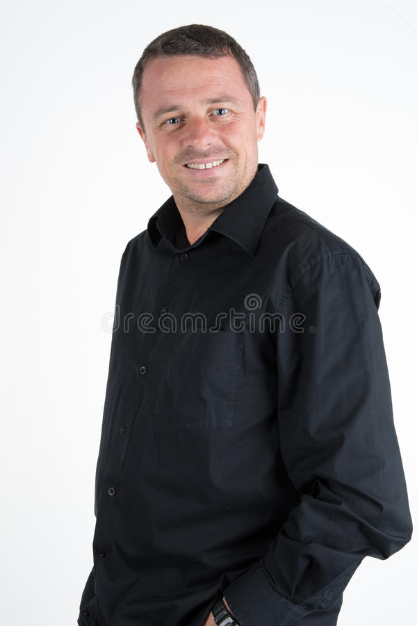 Hombre encantador con la camisa negra imagenes de archivo