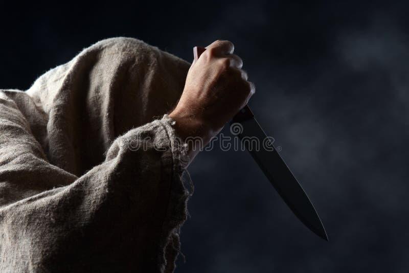 Hombre encapuchado con el cuchillo fotos de archivo