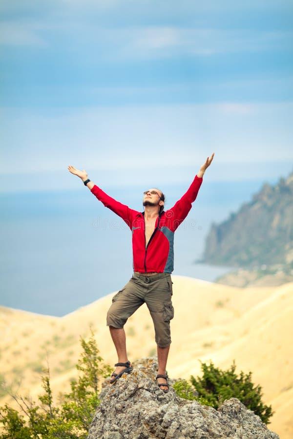 Hombre encima de la montaña foto de archivo