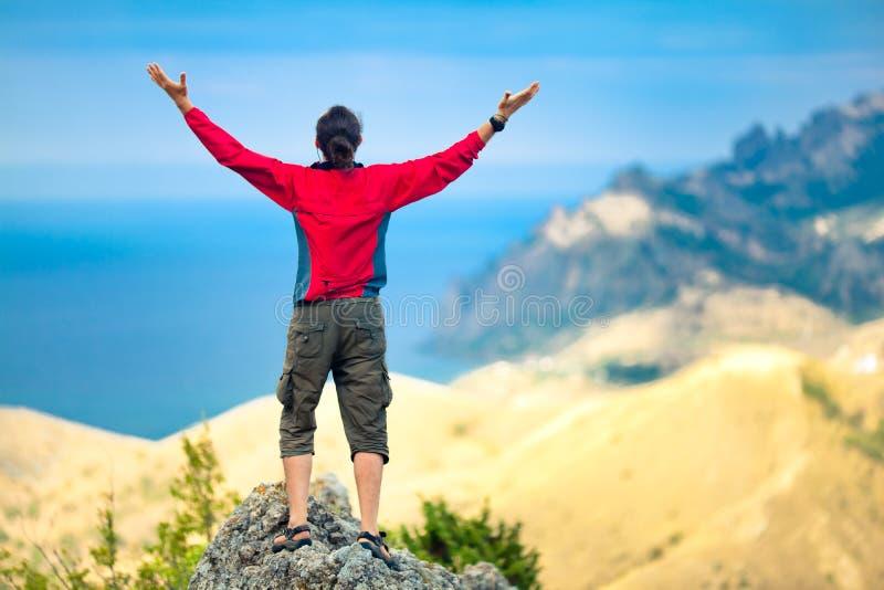Hombre encima de la montaña imágenes de archivo libres de regalías