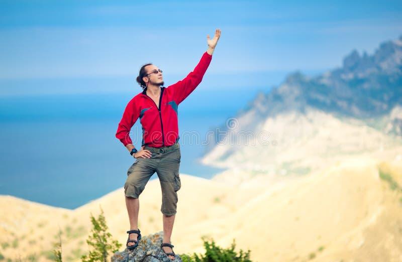 Hombre encima de la montaña fotos de archivo