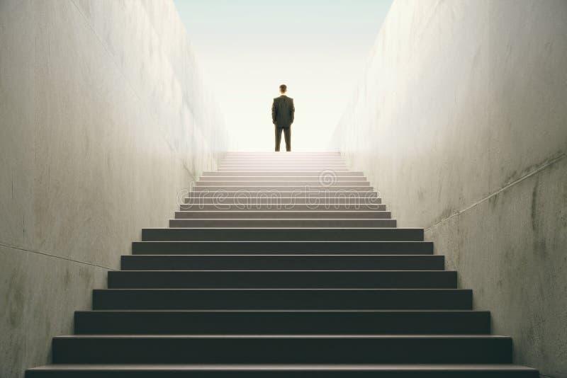 Hombre encima de las escaleras fotografía de archivo