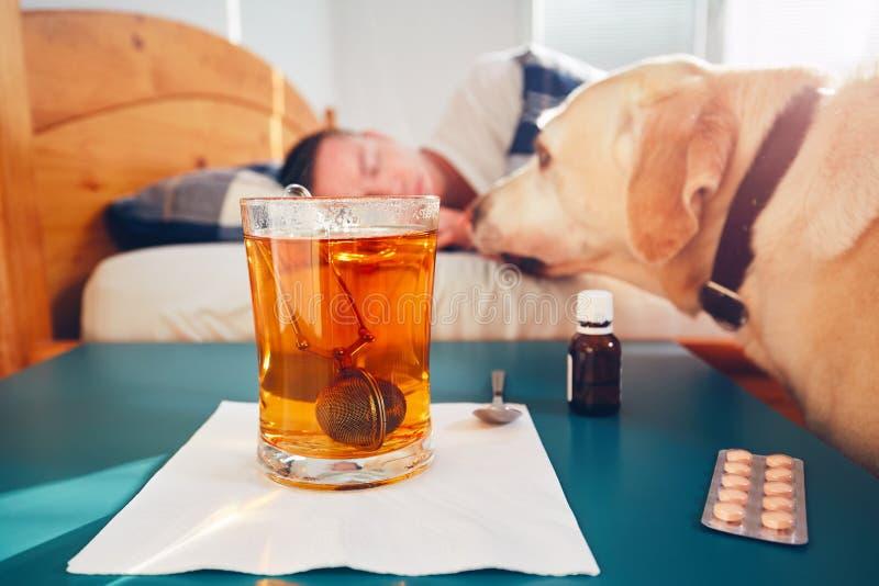 Hombre enfermo en cama foto de archivo