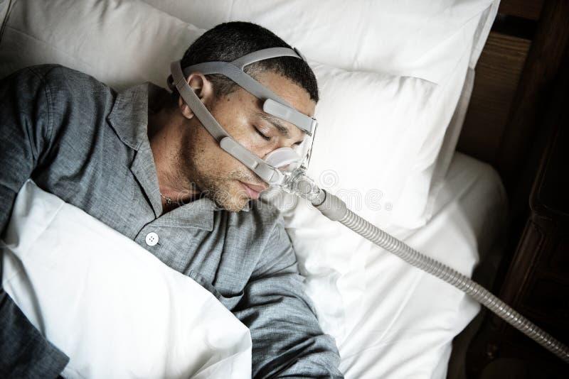 Hombre enfermo que lleva una máscara de oxígeno imágenes de archivo libres de regalías