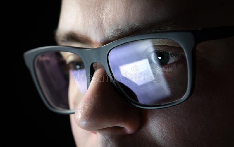 Hombre enfocado y pensativo Codificador, programador o promotor imagen de archivo libre de regalías