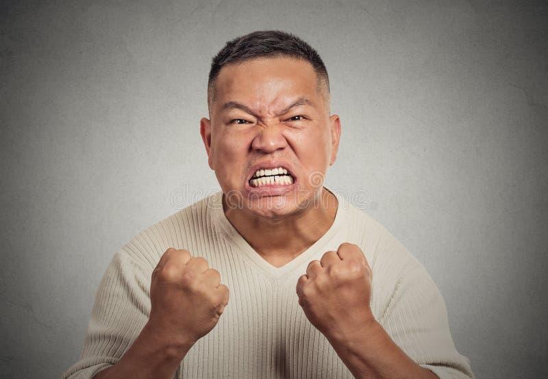 Hombre enojado del Headshot con el puño abierto de la boca para arriba en el griterío agresivo del aire foto de archivo libre de regalías