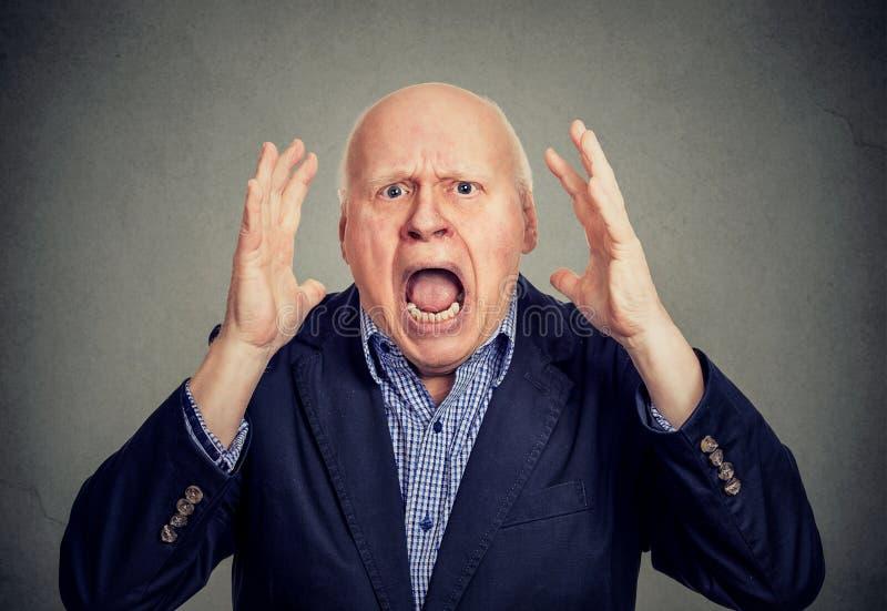 Hombre enojado mayor que grita imagen de archivo