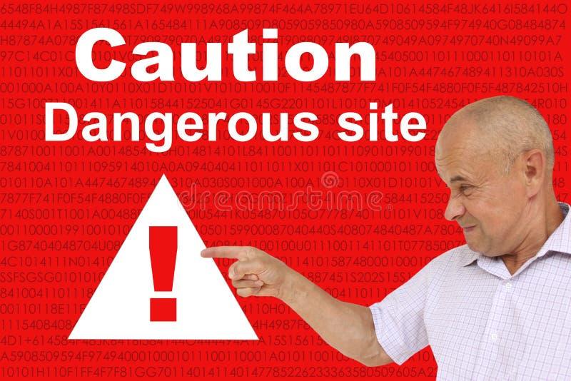 Hombre enojado muestra una exclamación en un triángulo, atención conceptual en un fondo tecnológico rojo, concepto Sitio engaà fotos de archivo