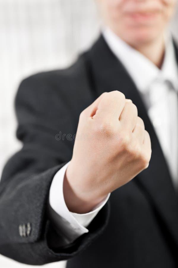 Hombre enojado que gesticula el puño