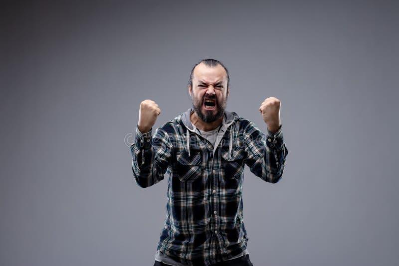 Hombre enojado que grita y que sacude sus puños fotos de archivo libres de regalías