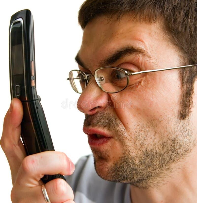 Hombre enojado que habla por Phone foto de archivo