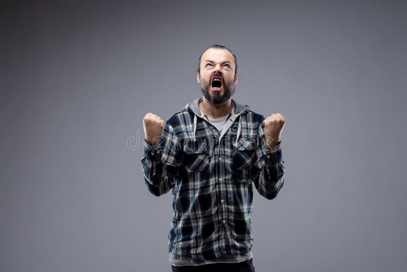 Hombre enojado que lanza una rabieta del genio foto de archivo libre de regalías