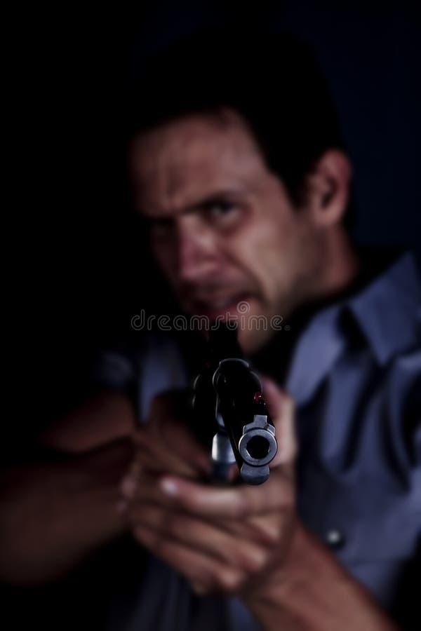 Hombre enojado que señala el arma imagenes de archivo