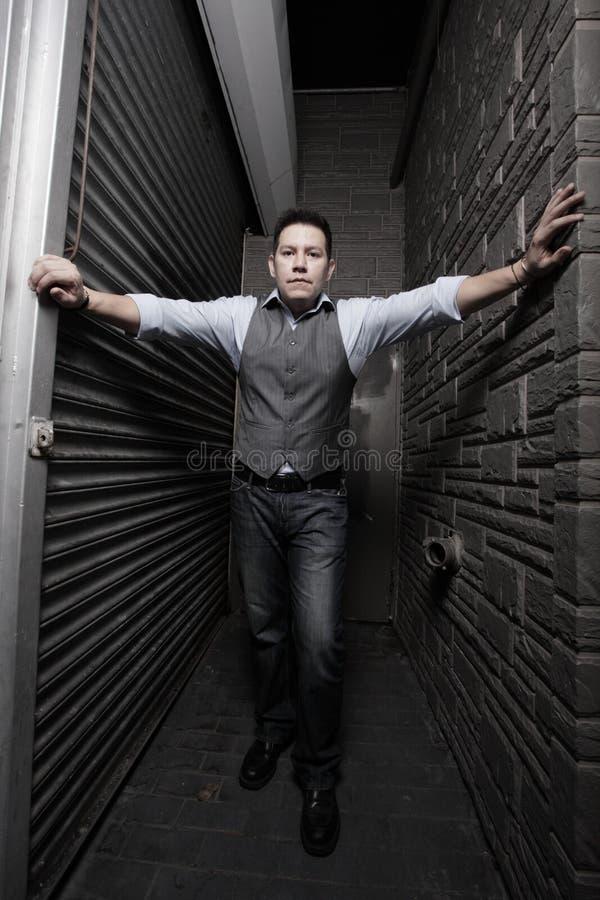 Hombre entre las paredes imagen de archivo