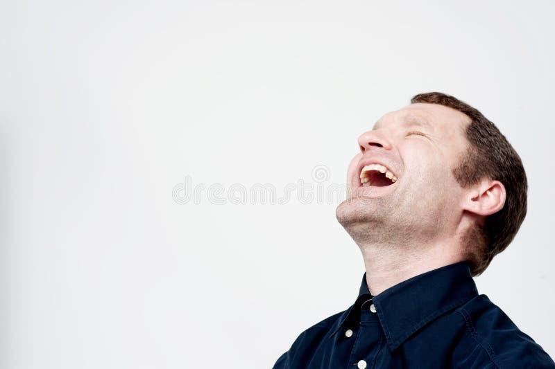 Hombre envejecido centro difícilmente de risa foto de archivo libre de regalías