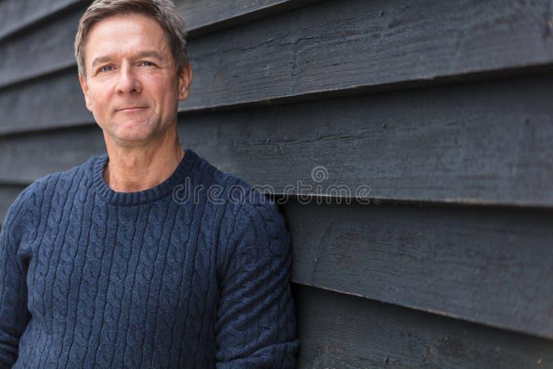 Hombre envejecido centro feliz afuera imagen de archivo libre de regalías