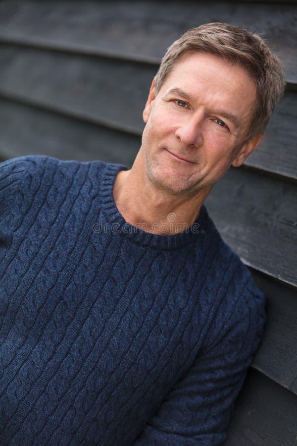 Hombre envejecido centro feliz que lleva el suéter azul fotos de archivo libres de regalías