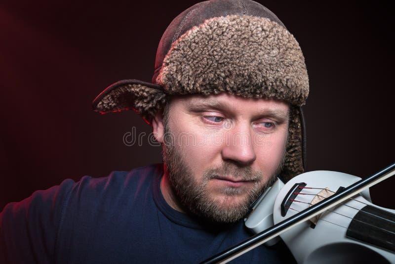 Hombre envejecido centro que toca el violín imagen de archivo libre de regalías