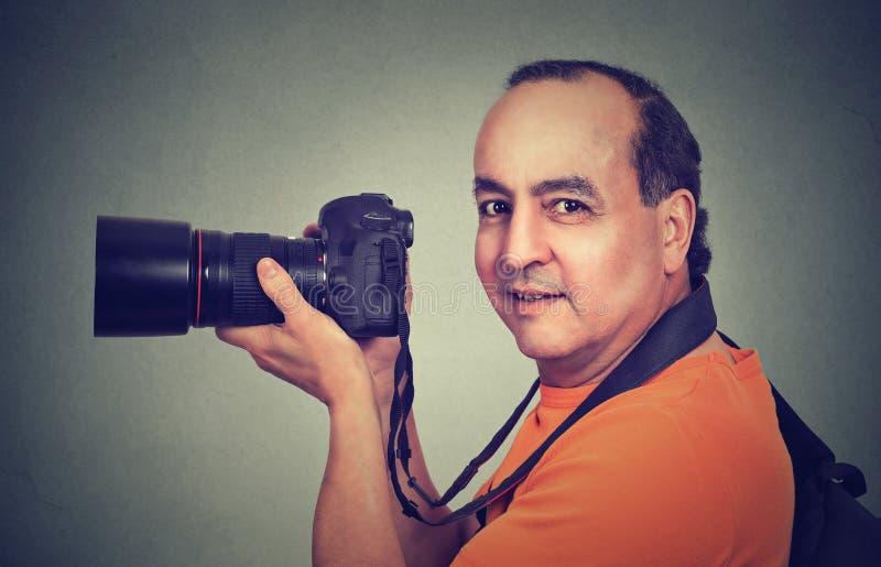 Hombre envejecido centro que usa la cámara profesional imágenes de archivo libres de regalías