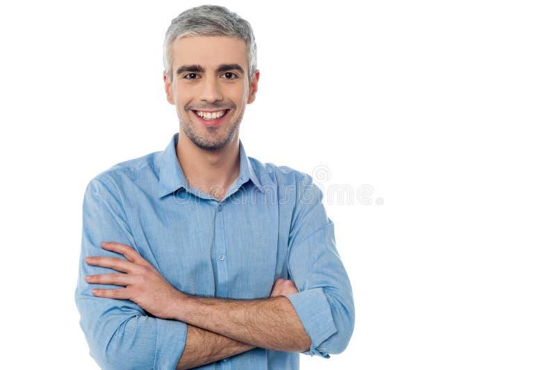 Hombre envejecido centro sonriente aislado en blanco fotografía de archivo libre de regalías