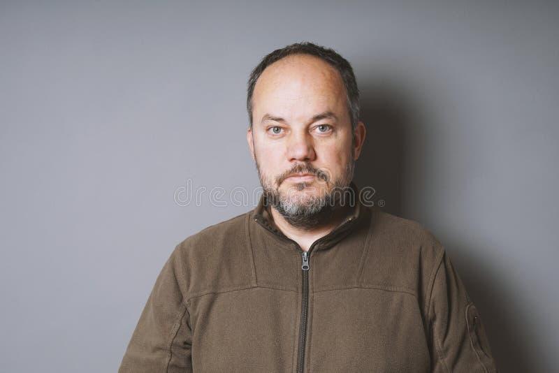 Hombre envejecido medio con el pelo oscuro corto y la barba graying fotos de archivo libres de regalías