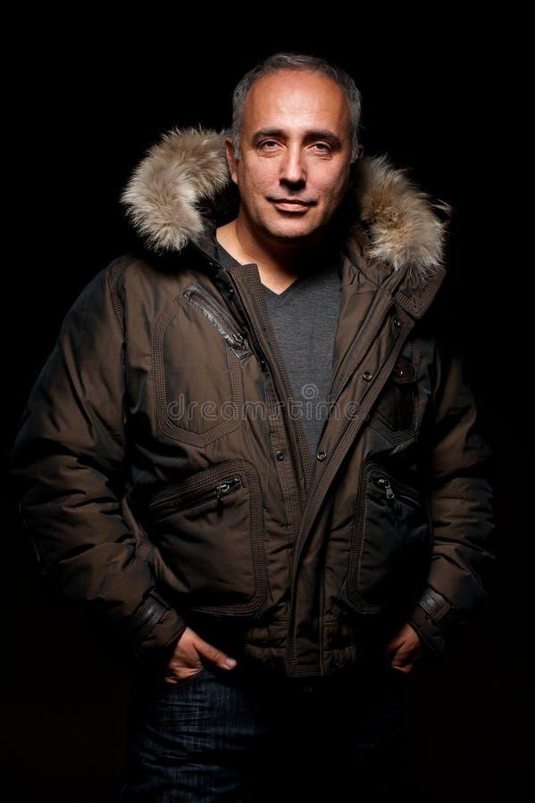 Hombre envejecido medio en capa del invierno foto de archivo libre de regalías