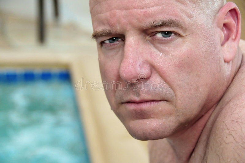 Hombre envejecido medio en la piscina fotos de archivo libres de regalías