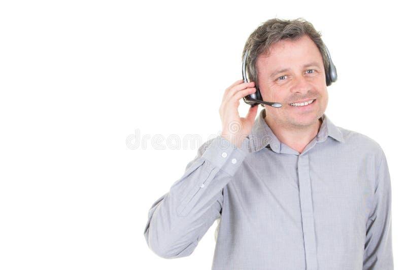 Hombre envejecido medio que toma una llamada de soporte técnico foto de archivo libre de regalías