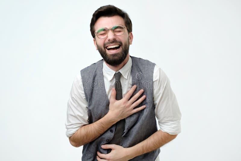 Hombre español con las risas de una barba que se sostienen sobre su estómago foto de archivo libre de regalías