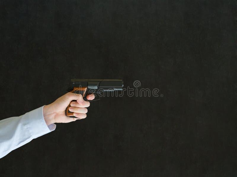 Hombre que señala un arma fotos de archivo libres de regalías