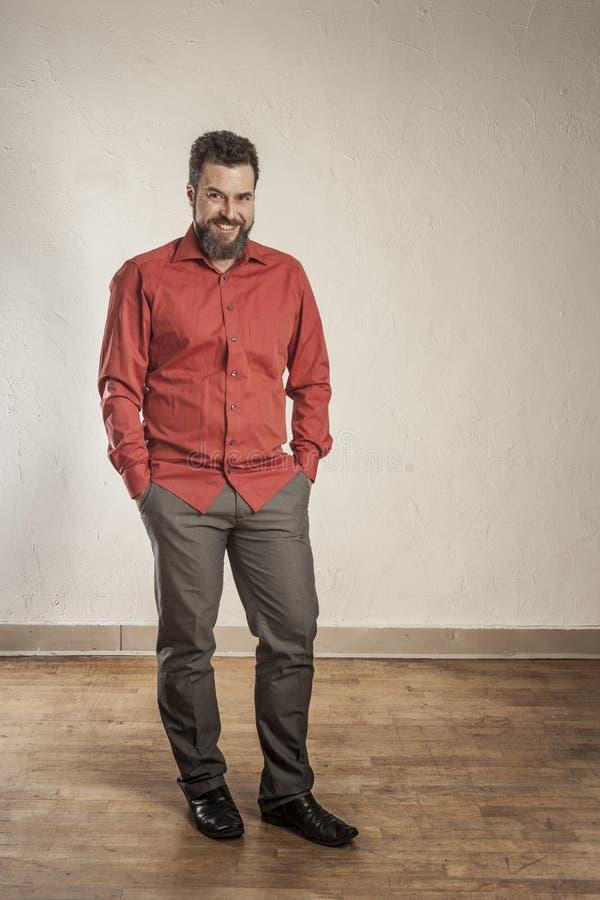 Hombre europeo adulto positivo, confiado con la barba fotos de archivo