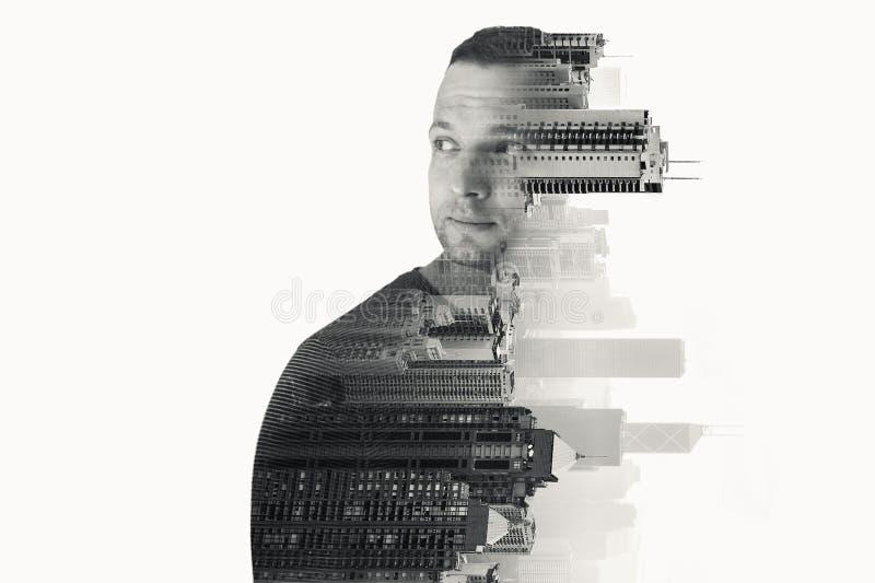 Hombre europeo joven y paisaje urbano moderno imagen de archivo