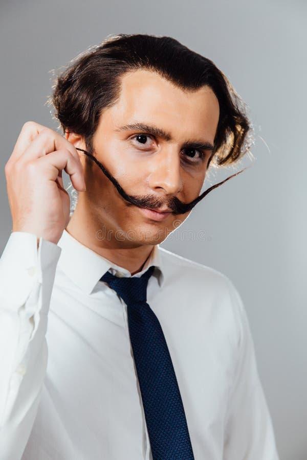 Hombre excéntrico con un bigote largo en su camisa y lazo Un oficinista enojado, hombre de negocios fotografía de archivo