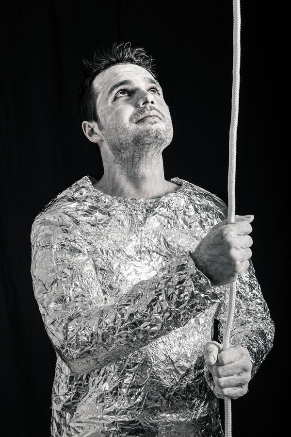 Hombre extranjero con la cuerda que mira para arriba imagen de archivo libre de regalías