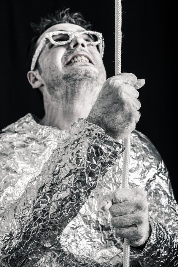 Hombre extranjero desesperado con la cuerda fotografía de archivo libre de regalías
