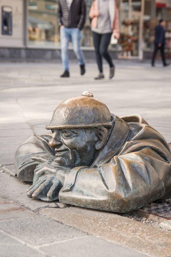Hombre famoso en el trabajo, escultura del trabajador de las aguas residuales en Bratislava Eslovaquia foto de archivo