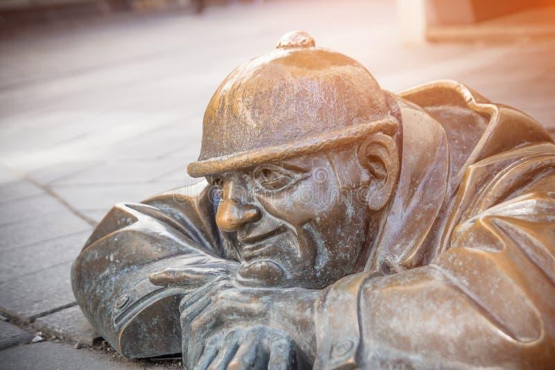 hombre famoso en el trabajo, estatua del trabajador de las aguas residuales en Bratislava fotografía de archivo