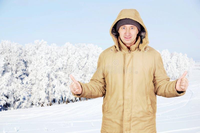 Hombre feliz al aire libre contra paisaje hermoso del invierno fotos de archivo libres de regalías