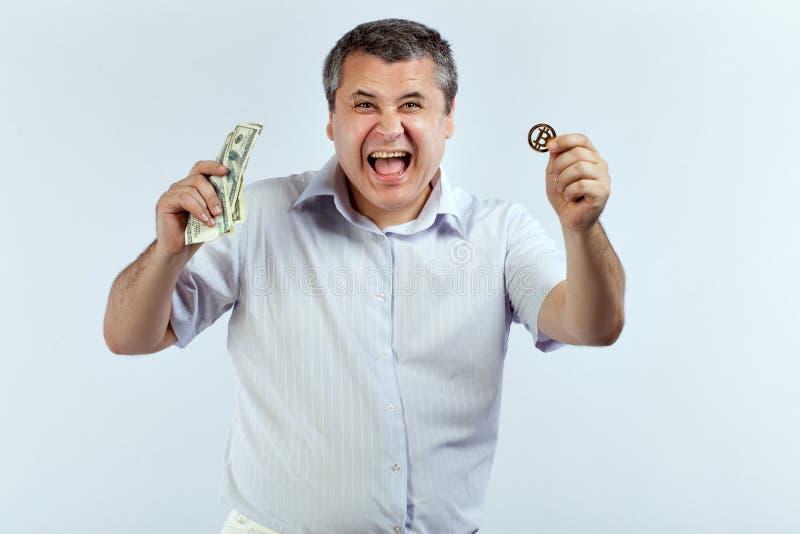 Hombre feliz con el bitcoin foto de archivo