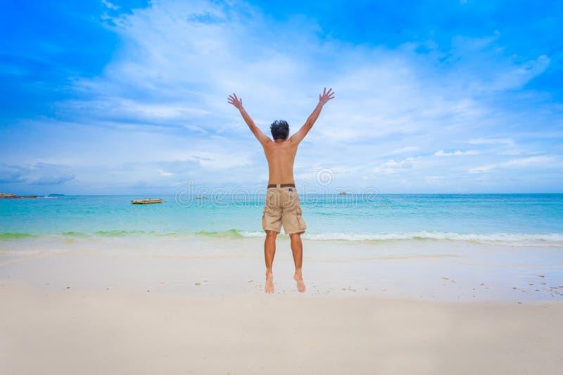 Hombre feliz con el mar hermoso fotos de archivo