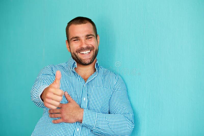 Hombre feliz con el pulgar para arriba imágenes de archivo libres de regalías