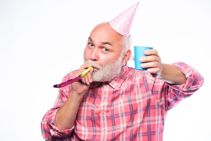 Hombre feliz con la barba Partido de retiro sombrero y silbido del cono del partido del control del hombre Feliz cumplea?os Parti foto de archivo