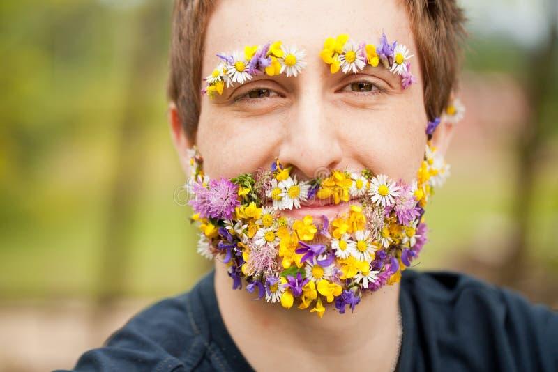 Hombre feliz con la barba y las cejas de la flor fotografía de archivo libre de regalías