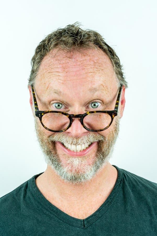 Hombre feliz con la barba y vidrios que ríen, retrato divertido imagenes de archivo